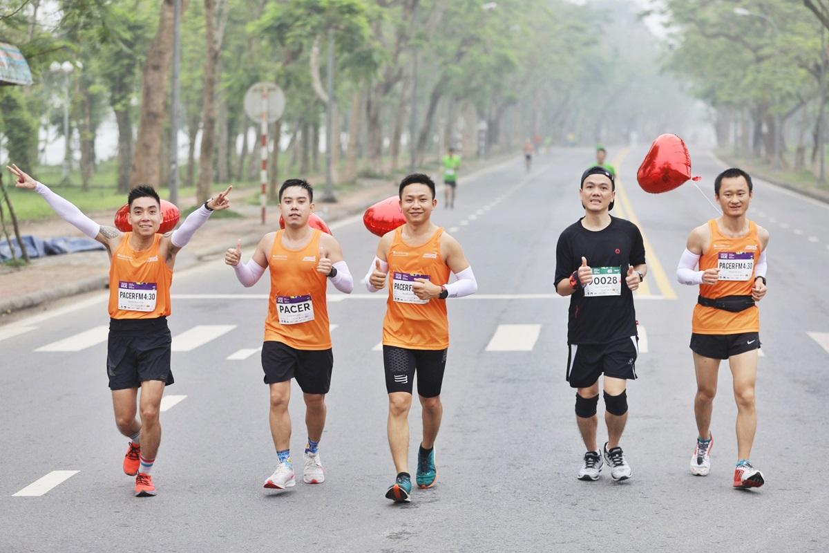 Đội ngũ pacer hỗ trợ vận động viên rạng rỡ trên đường chạy. Ảnh: Quỳnh Trần.