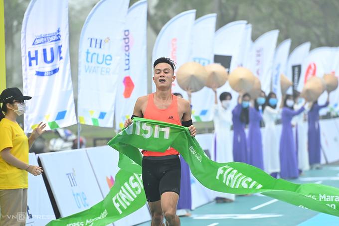Quang Hòa về nhất chung cuộc VM Huế: Ảnh: VnExpress Marathon.