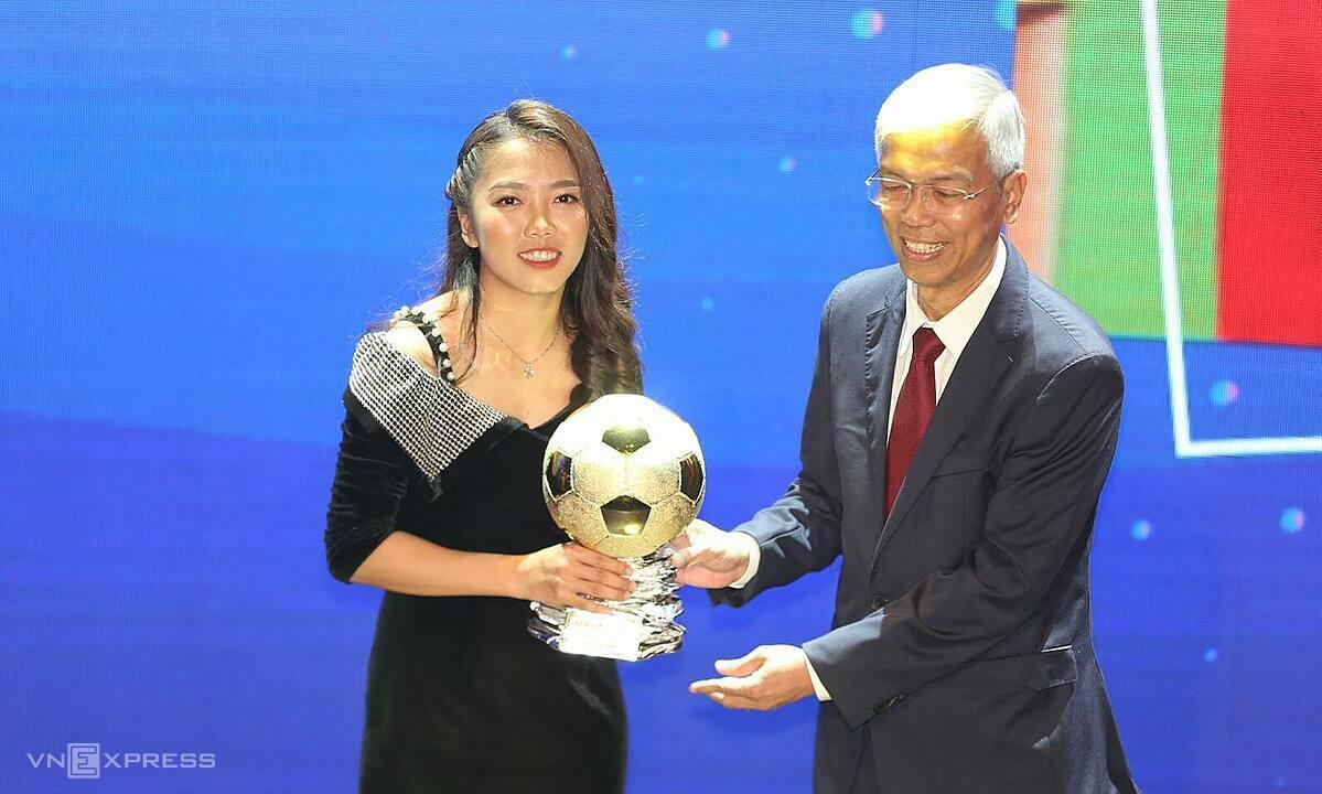 Huỳnh Như lần thứ ba đoạt Bóng Vàng, sau năm 2016 và 2019. Ảnh: Đức Đồng