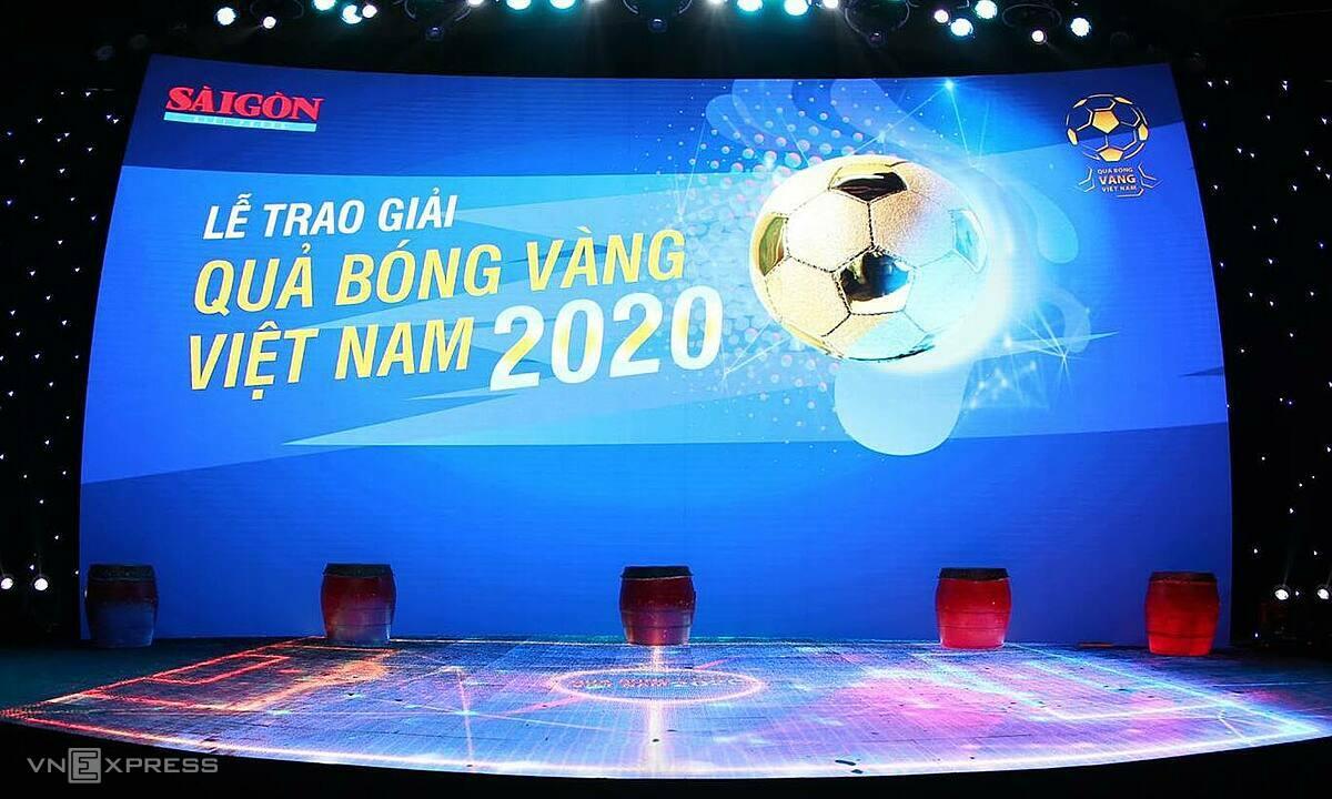 Sân khấu lễ trao giải thiết kế hình sân bóng. Hai MC là Nguyễn Quốc Khánh và Vũ Thu Hoài. Ảnh: Đức Đồng