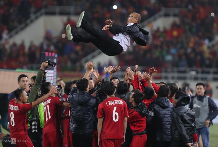 HLV Park Hang-seo được các cầu thủ Việt Nam tung hê sau khi vô địch AFF Cup 2018. Ảnh: Đức Đồng.