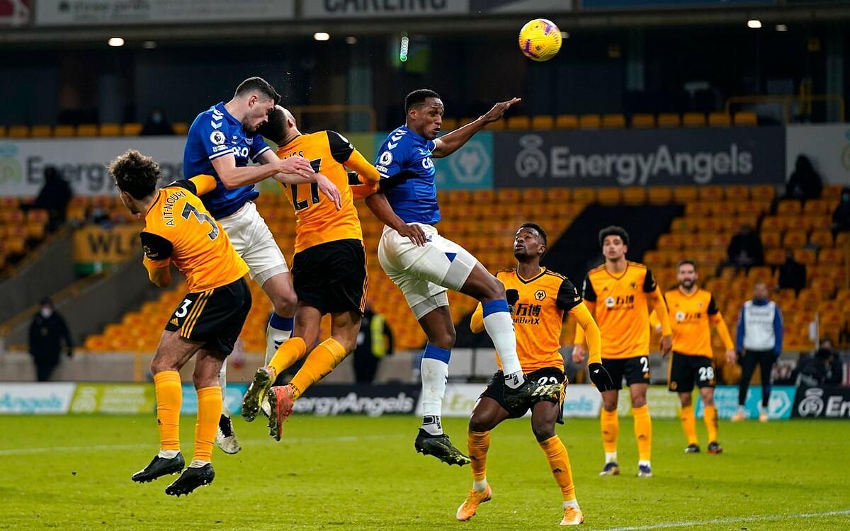 Keane (áo xanh, trái) trong pha đánh đầu ấn định thắng lợi 2-1 cho Everton trên sân Molineux hôm 12/1. Ảnh: AP