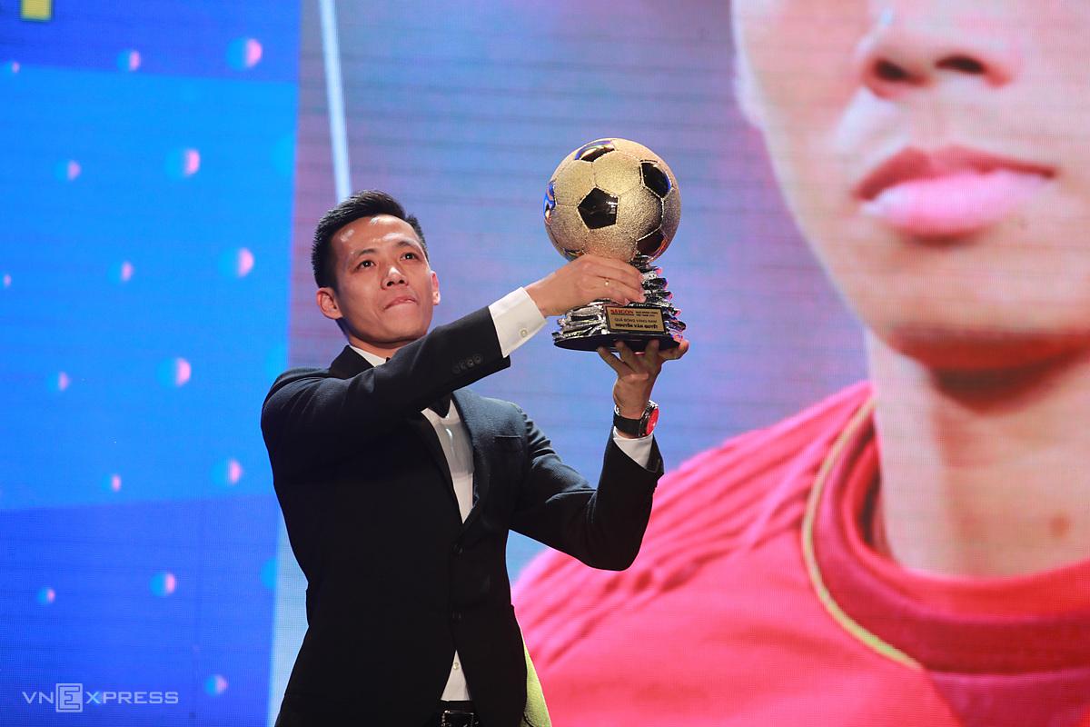 Văn Quyết nâng cao danh hiệu Quả Bóng Vàng 2020 - tròn 10 năm sau khi anh nhận danh hiệu Cầu thủ trẻ xuất sắc. Ảnh: Đức Đồng.