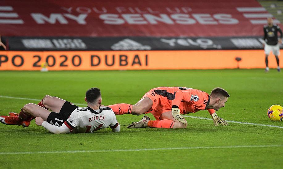 Henderson để Oliver Burke áp sát và mất bóng nay phút thứ năm.... Ảnh:Sports Mail