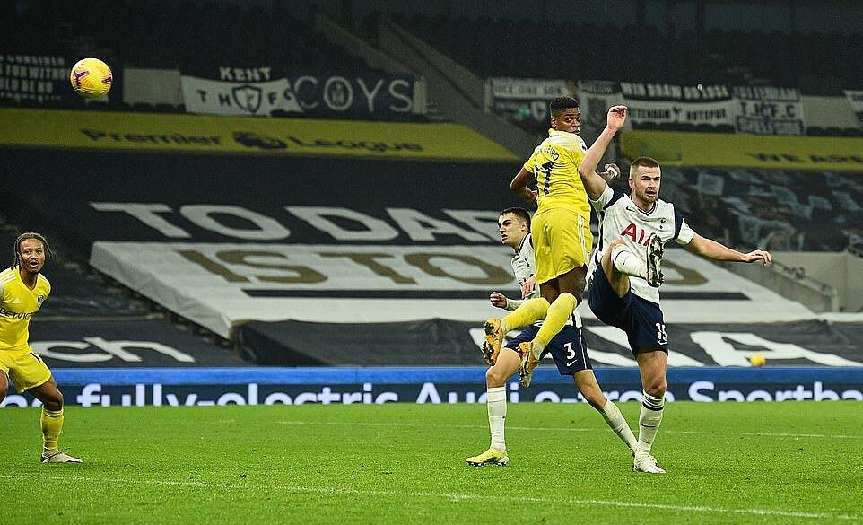 Cavaleiro (áo vàng) đánh đầu gỡ hòa 1-1 cho Fulham. Ảnh: Reuters.