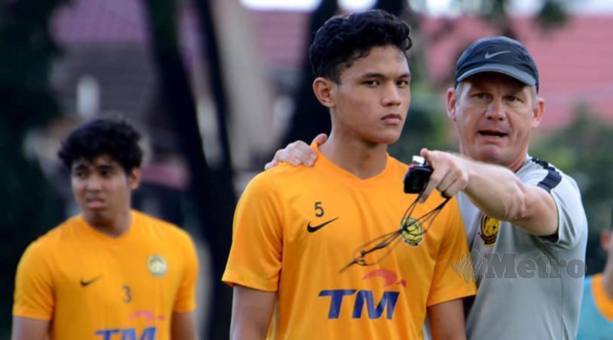 Pelatih Brad Maloney menginstruksikan anggota Malaysia U19 dalam sesi latihan baru-baru ini.  Foto: Metro