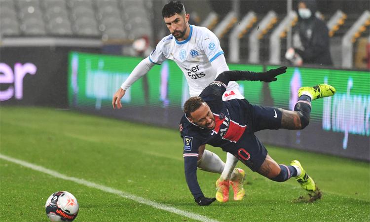 Neymar bertabrakan dengan Gonzalez dalam pertandingan Piala Super Prancis pada 13 Januari.  Foto: AFP.