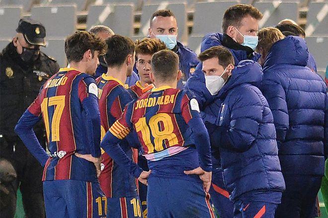 Messi hanya bisa menasihati rekan satu timnya saat istirahat.