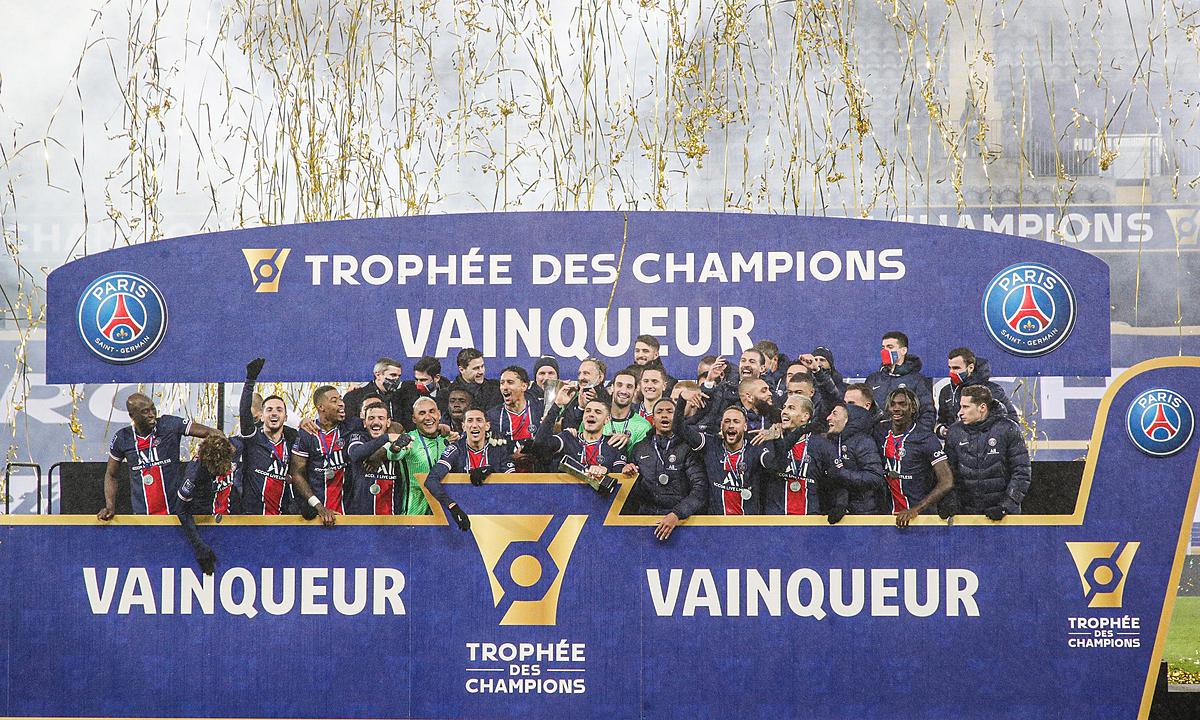 Khoảnh khắc PSG nâng Siêu Cup Pháp. Ảnh: Twitter / PSG
