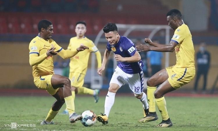Quang Hai mencoba menguasai bola saat Hanoi mengalahkan Nam Dinh 2-0 di Stadion Hang Day, pada putaran pertama V-League 2020. Foto: Lam Thoa
