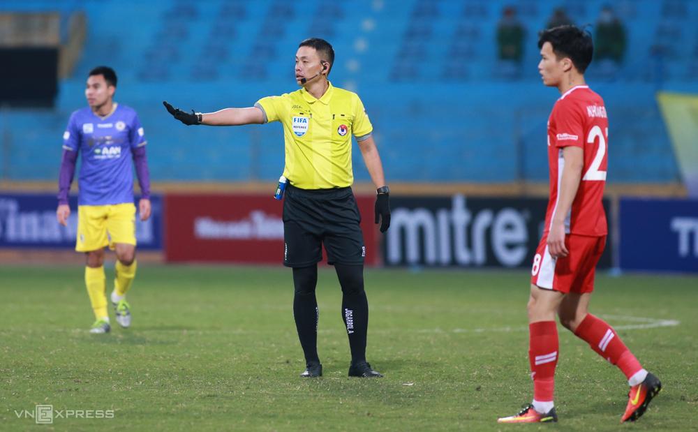 Wasit Ngo Duy Lan menahan peluitnya saat Hanoi memenangkan Viettel 1-0 dalam pertandingan Piala Super Nasional pada 9 Januari.  Foto: Lam Thoa