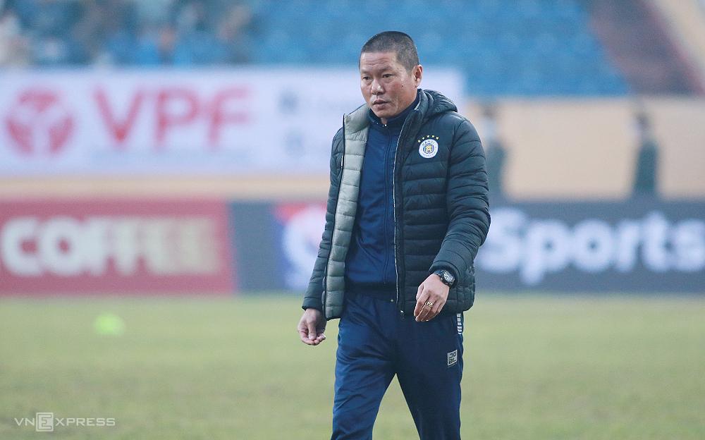 โค้ช Chu Dinh Nghiem เป็นครั้งที่สองที่ต้องยอมรับความพ่ายแพ้เมื่อเขามาที่ Thien Truong ใน V-League  ภาพ: ลำทอ