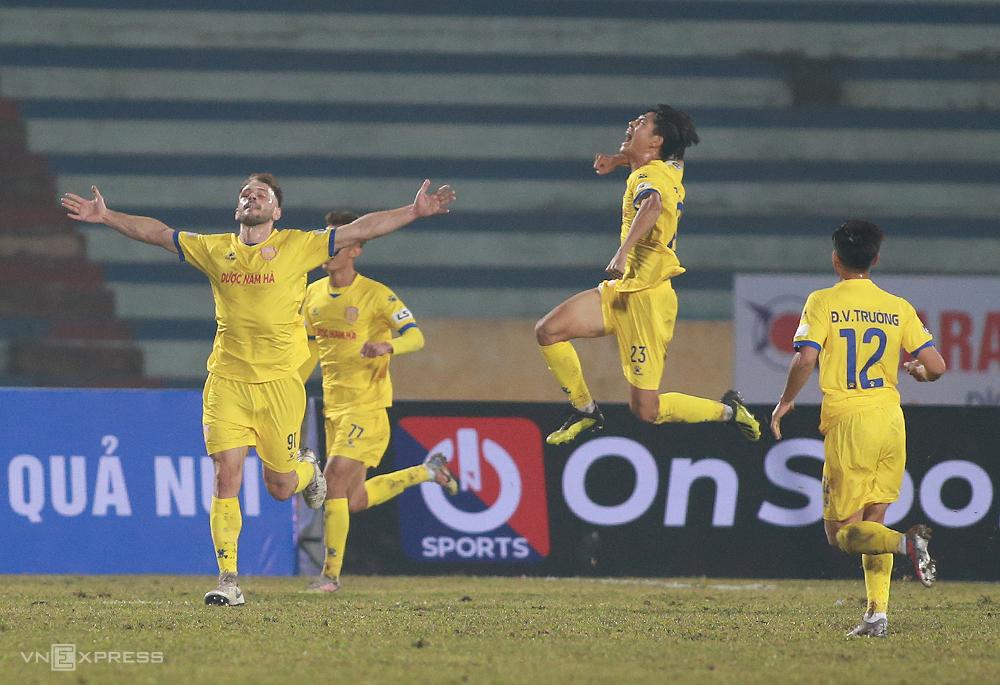 Gramoz (mengulurkan tangan) dapat menandatangani kontrak jangka panjang setelah mencetak dua gol melawan Hanoi.  Foto: Lam Thoa