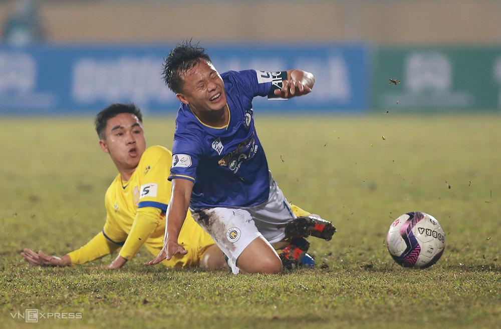 พื้นของ Thien Truong เปียกลื่นและเป็นหลุมเป็นบ่อและผู้เล่นของทั้งสองทีมเสียบอลหลายครั้ง  ภาพ: ลำทอ