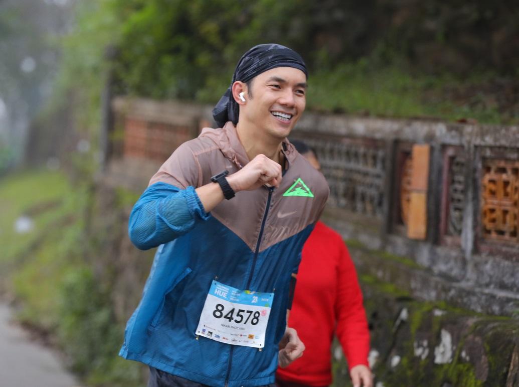 Penyanyi Nhan Phuc Vinh telah berpartisipasi dalam 2 VnExpress Marathons, Hanoi dan Hue pada tahun 2020.