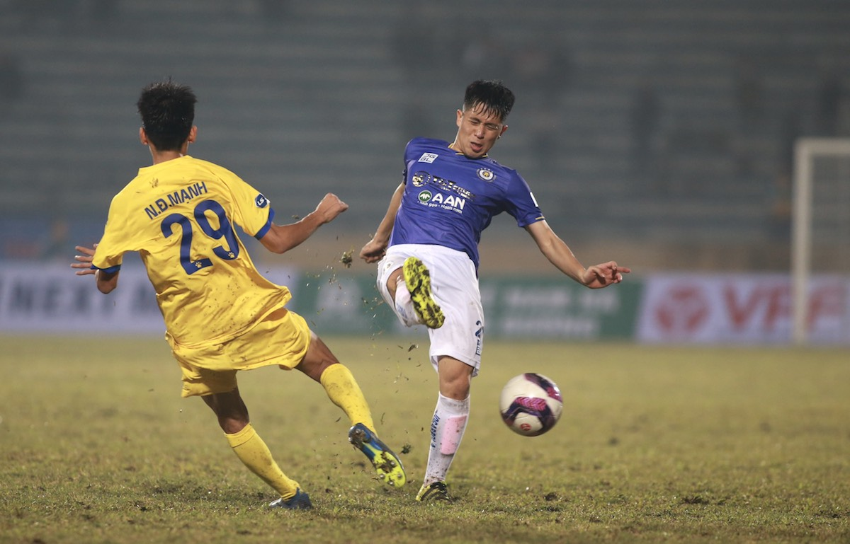 Dinh Trong ได้รับความพ่ายแพ้ในการกลับสู่ V-League หลังจากห่างหายไป 17 เดือนเนื่องจากอาการบาดเจ็บ  ภาพ: ลำทอ.