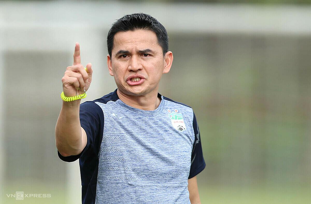 Pelatih Kiatisuk ingin menginspirasi pemainnya agar HAGL memenangkan V-League 2021. Foto: Duc Dong.