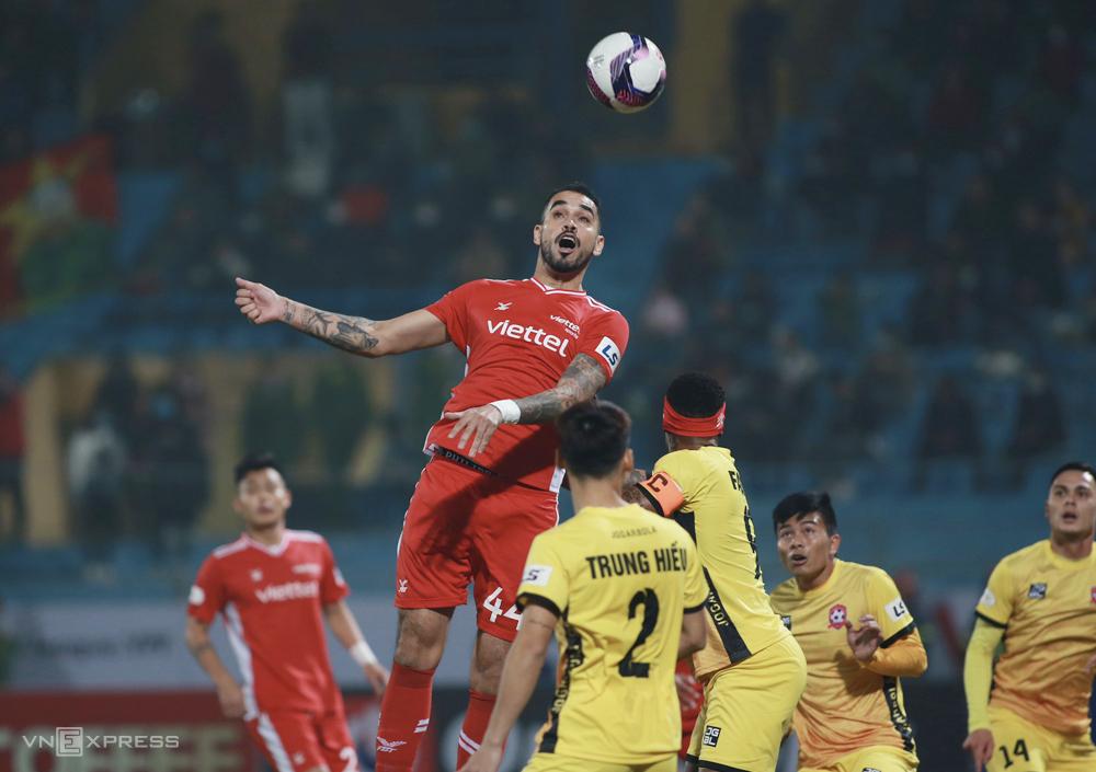 Walter Luiz (No. 44) melakukan kesalahan, menyebabkan Viettel kalah 0-1 saat menyambut Hai Phong di Hang Day pada 16 Januari.  Foto: Lam Thoa
