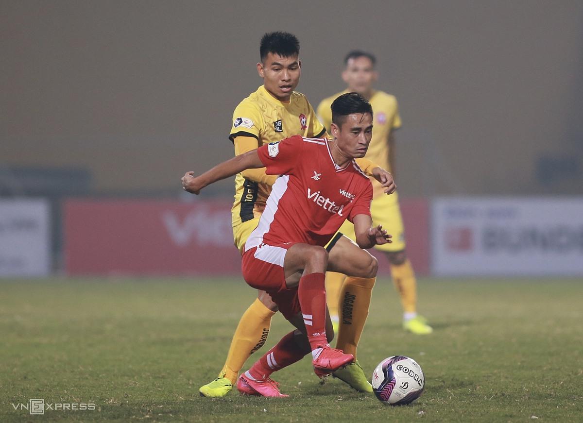 Vũ Minh Tuấn (áo đỏ) vào sân trong hiệp hai, nhưng không thể giúp Viettel có điểm. Ảnh: Lâm Thỏa.