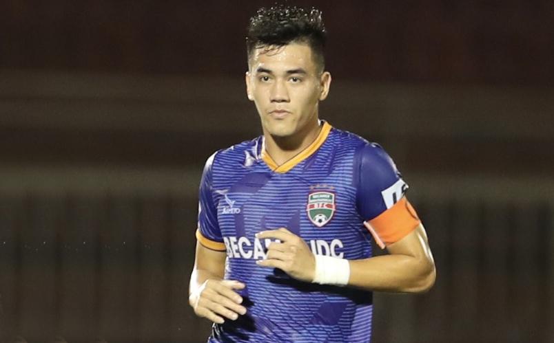Tien Linh pernah mengenakan ban kapten Binh Duong untuk bermain di V-League 2020. Foto: Duc Dong.