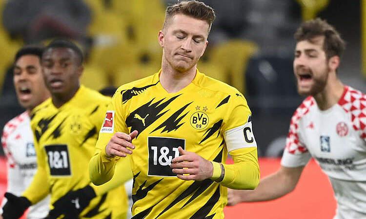 Reus thất vọng sau khi đá hỏng phạt đền, khiến Dortmund tuột chiến thắng. Ảnh: Reuters.