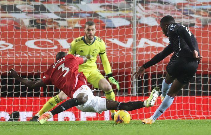 Pha vào bóng lăn xả của Bailly giúp Man Utd giữ tỷ số 2-1 trước Aston Villa. Ảnh: Reuters.