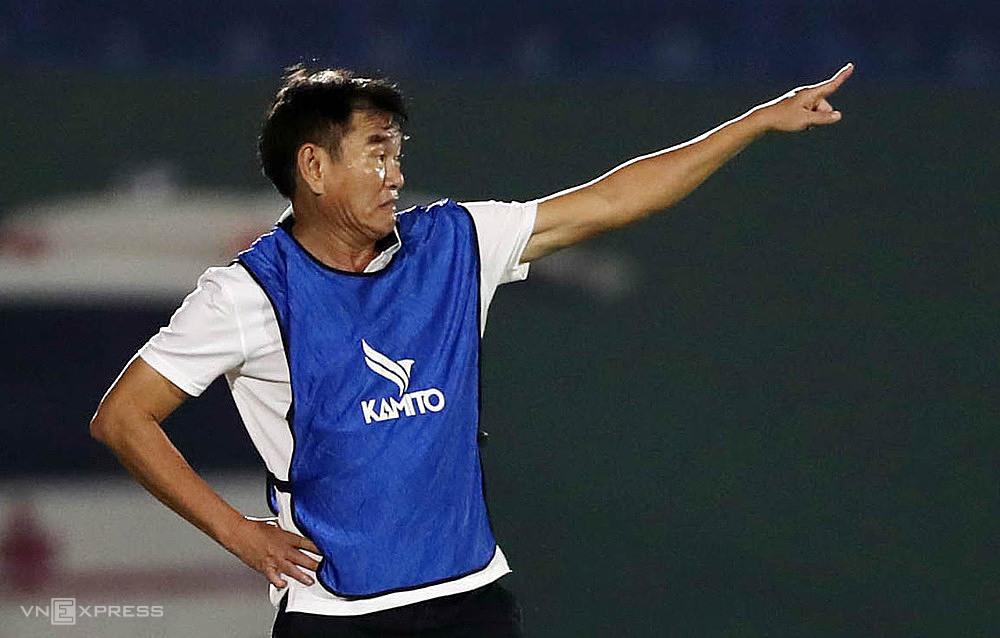 HLV Phan Thanh Hùng háo hức chờ trận ra mắt chính thức đầu tiên khi nhận lời dẫn dắt Bình Dương. Ảnh: Đức Đồng.