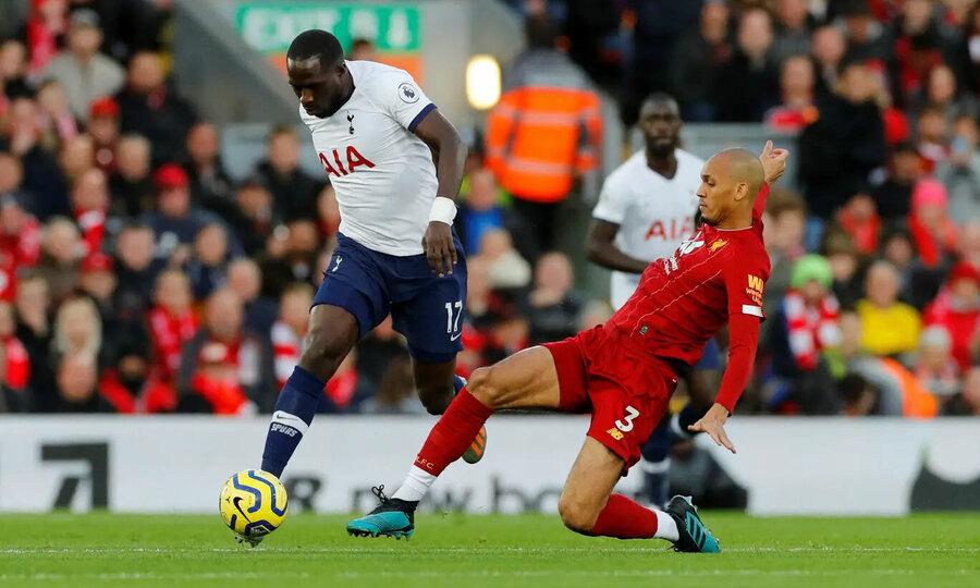 Fabinho (áo đỏ) truy cản Sissoko trong trận thắng Tottenham. Ảnh: Reuters.