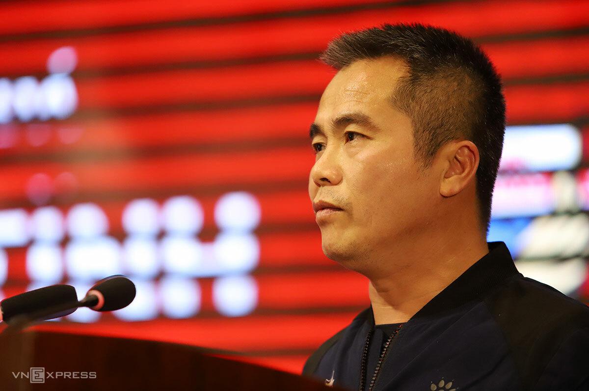 Pelatih Pham Minh Duc berbicara pada upacara pemberangkatan militer Hong Linh Ha Tinh Club, pada malam 16 Januari.  Foto: Duc Hung