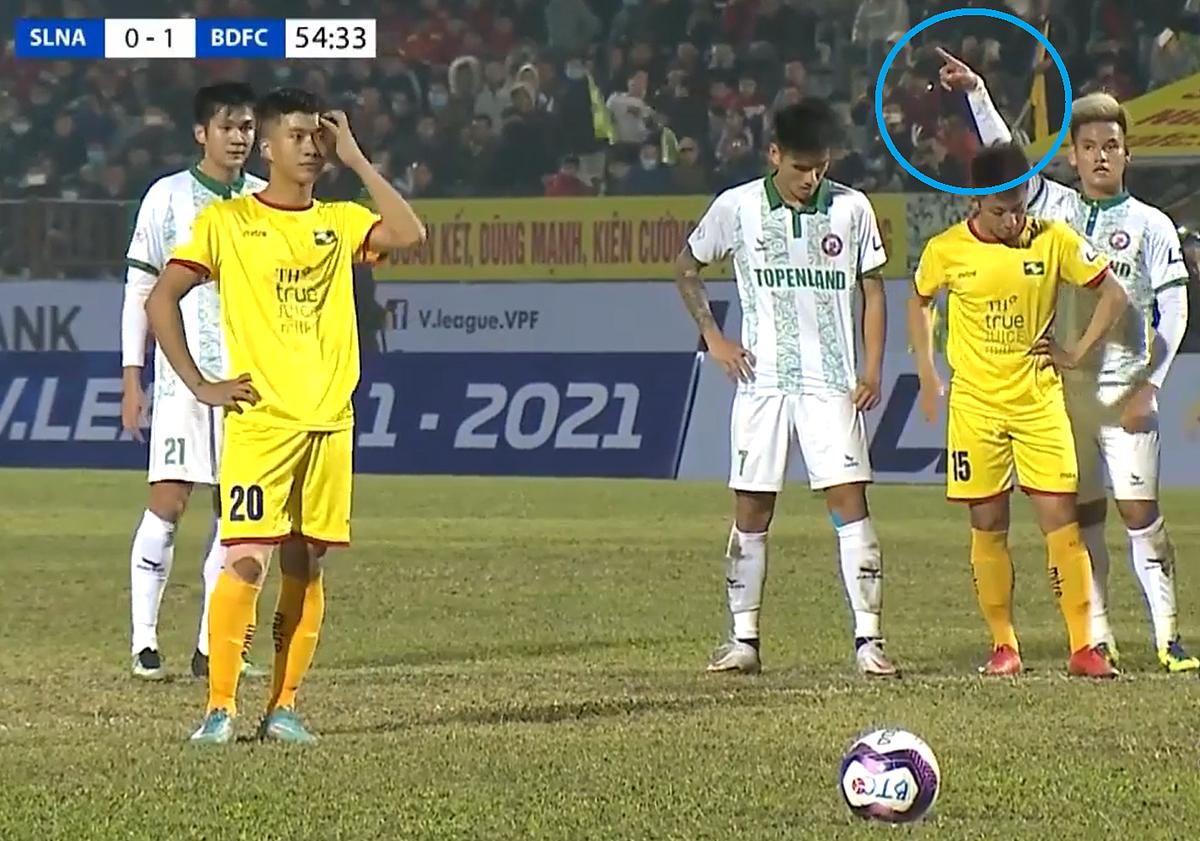 Tan Tai ชี้ไปทางขวาของประตู แต่ดูเหมือนว่าเขาจะไม่เข้าใจ Van Duc ดีพอ  ภาพหน้าจอ