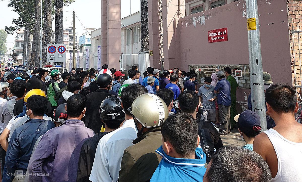 Hàng ngìn người tụ tập trước cổng A sân Thống Nhất mua vé sáng nay 16/1. Ảnh: Đông Huyền.