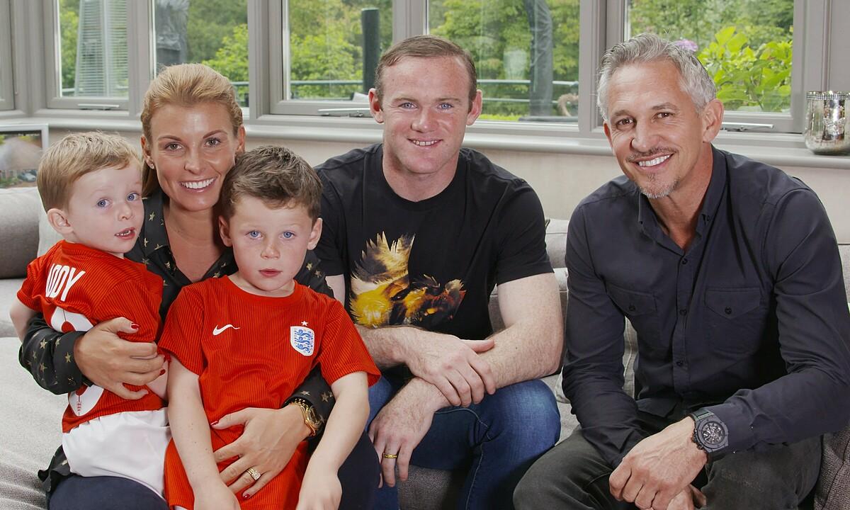 Lineker (phải) bên cạnh gia đình Rooney năm 2015. Ảnh: BBC