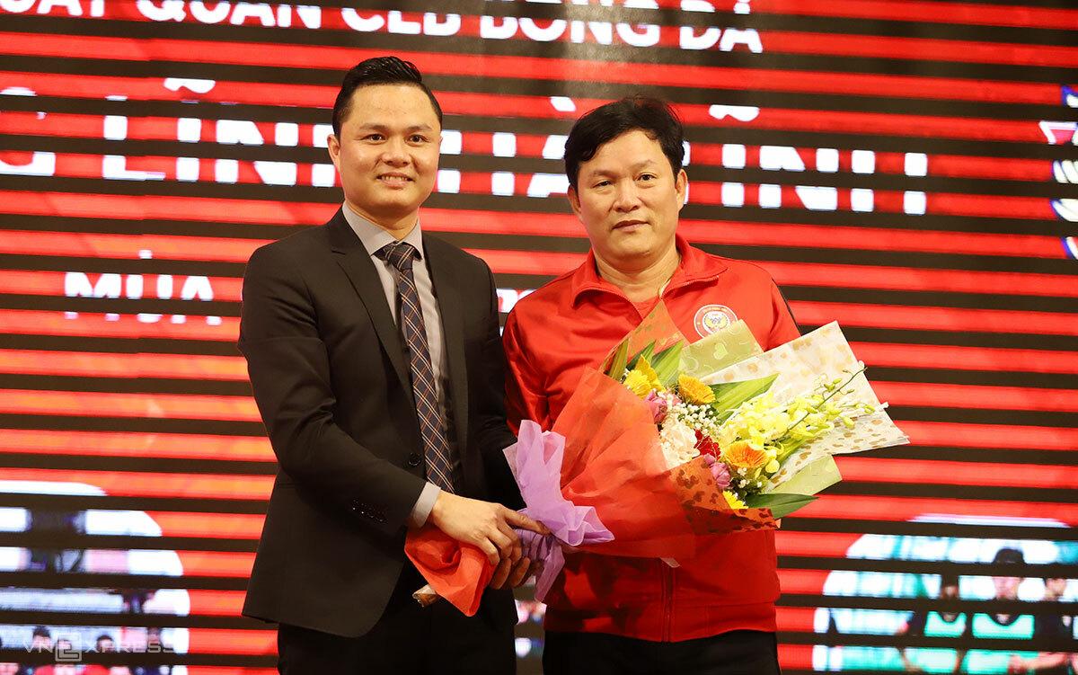 Ketua Klub Hong Linh Ha Tinh, Bapak Nguyen Tien Dung (pojok kiri) mempersembahkan bunga ucapan terima kasih kepada perwakilan dari fans Ha Tinh.  Foto: Duc Hung