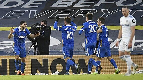 Maupay (trái) mừng bàn thắng cùng đồng đội. Ảnh: Reuters.