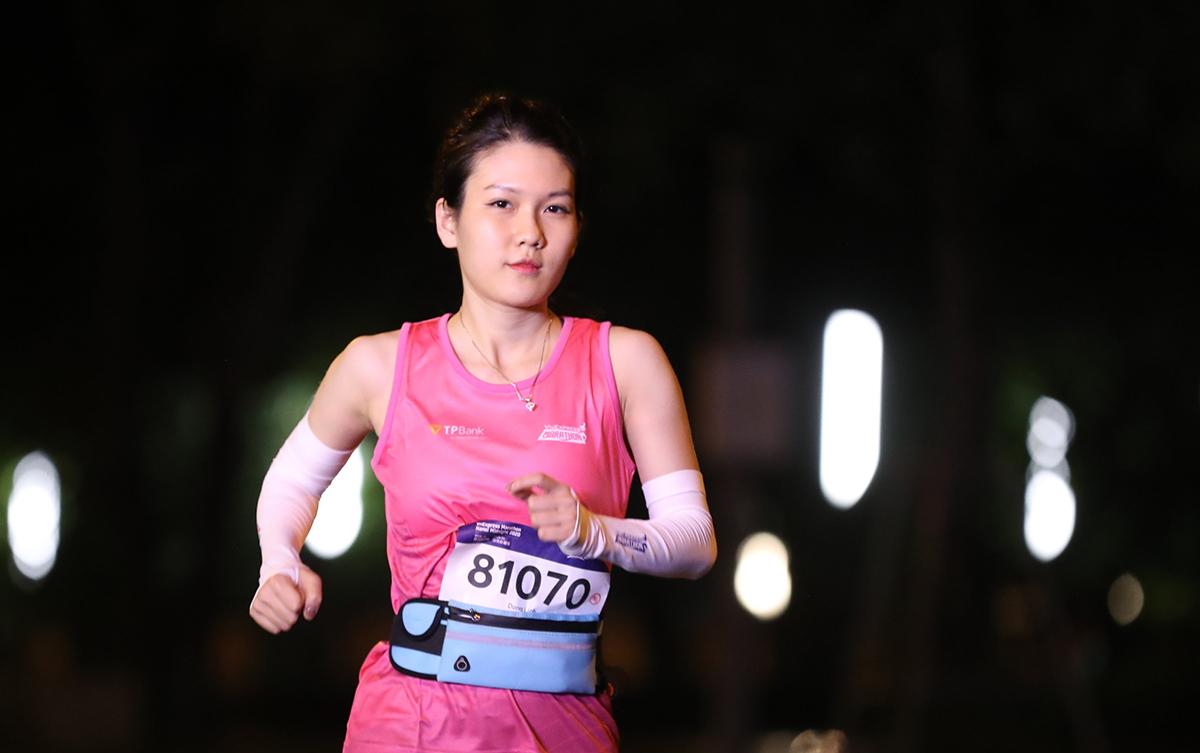 Nữ vận động viên tại giải chạy đêm Hà Nội.