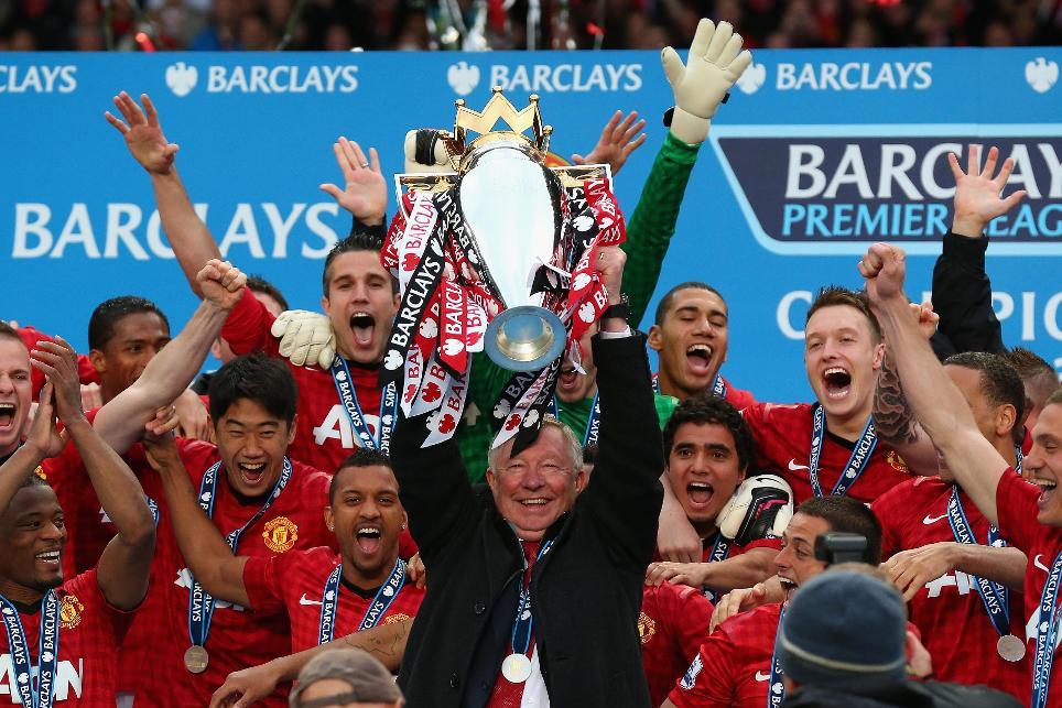 HLV Alex Ferguson nâng cao cúp vô địch Ngoại hạng Anh năm 2013.