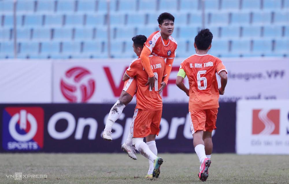 Phan Van Long และ Ha Duc Chinh ฉลองชัยชนะ 1-0 เหนือโฮจิมินห์ซิตี้  ภาพ: ไหหลำ