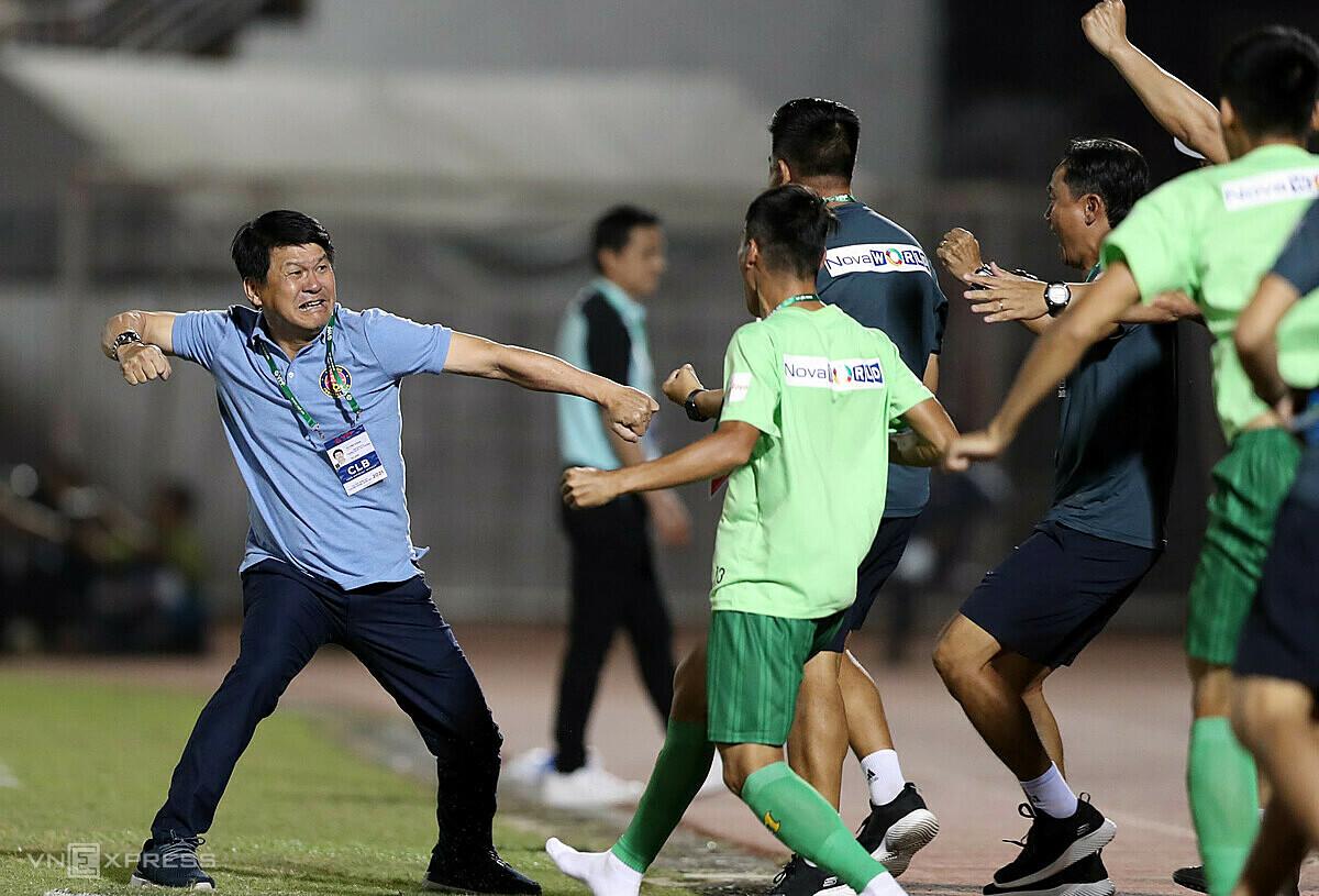 Coach Vu Tien Thanh ฉลองชัยชนะร่วมกับพันธมิตร  ภาพ: Duc Dong