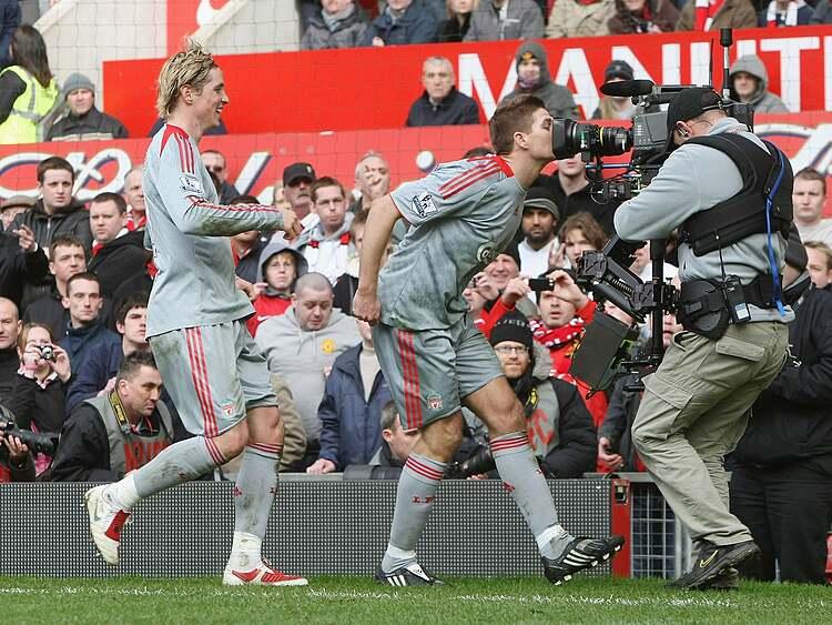 Gerrard hôn lên máy quay, sau khi ghi bàn từ chấm phạt đền giúp Liverpool hoà Man Utd 2-2 năm 2009.