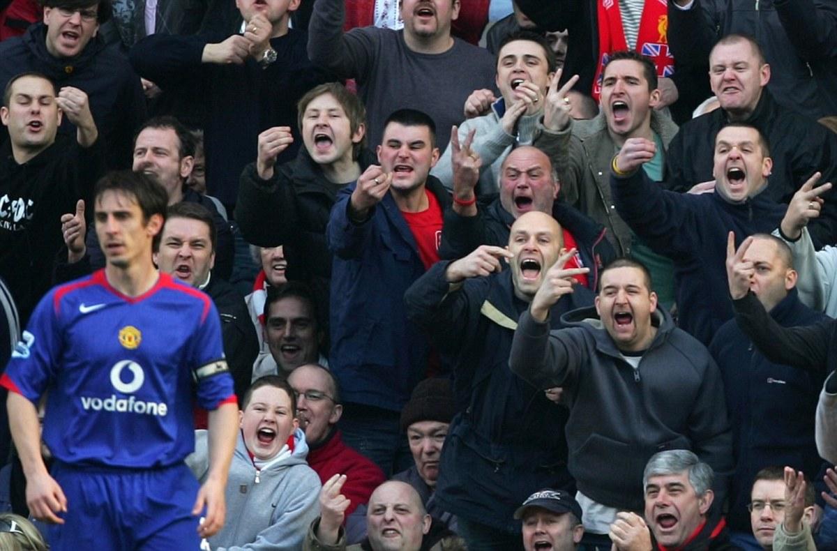 CĐV Liverpool chế nhạo Gary Neville.