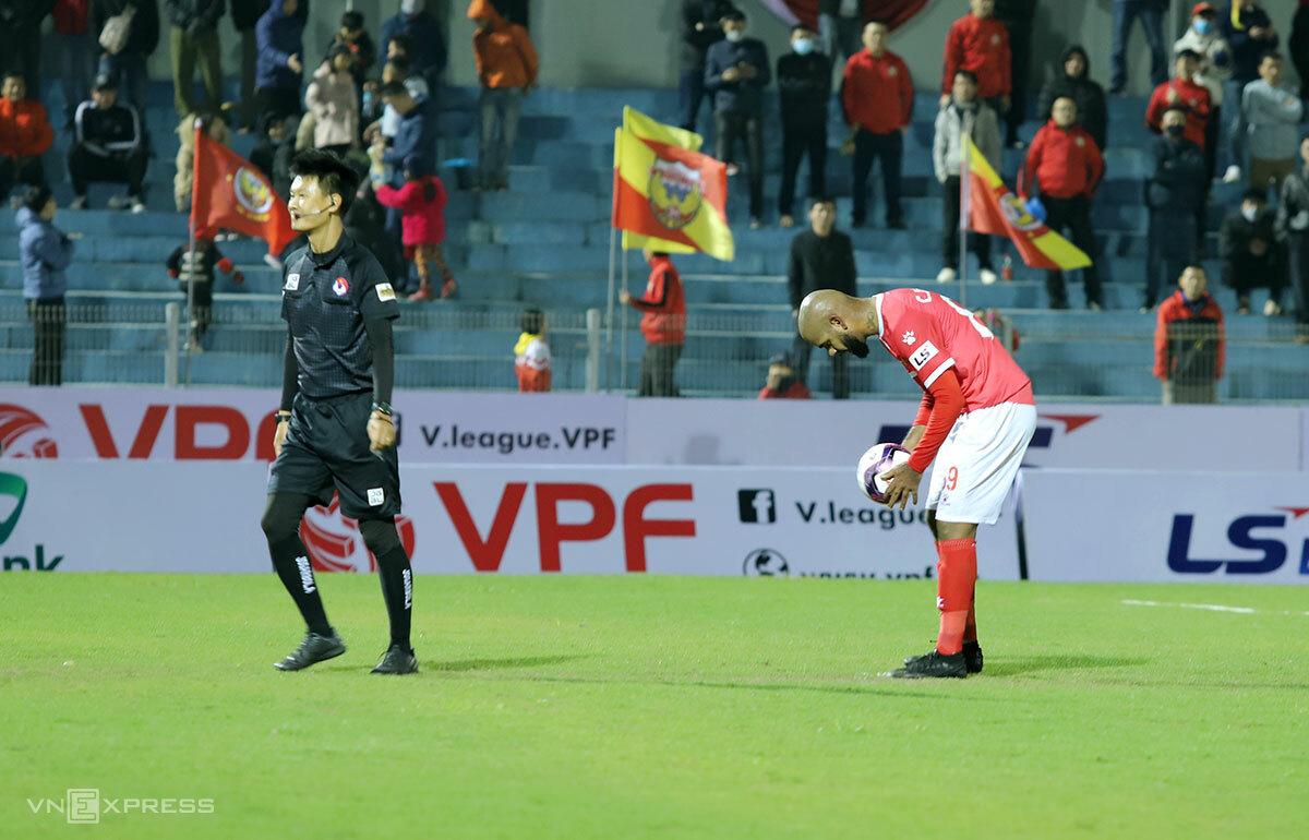 Claudecir (áo đỏ) hai lần sút hỏng 11 m. Ảnh: Đức Hùng