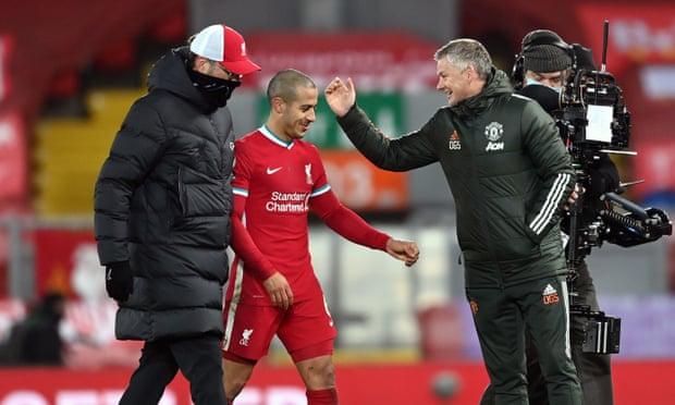 Klopp (trái) và Solskjaer chúc mừng Thiago sau trận đấu xuất sắc tối 17/1. Ảnh: PA.