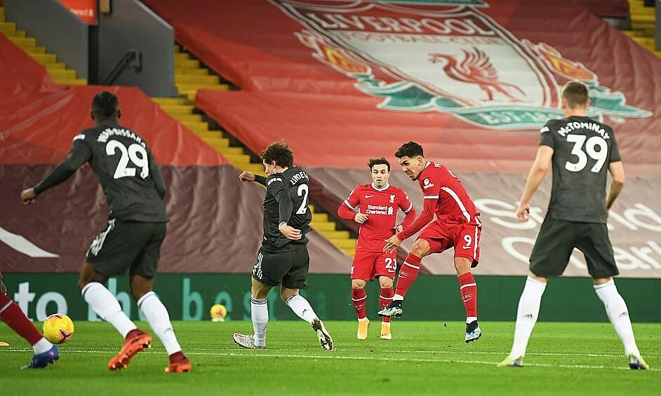 Firmino tranh thủ sút xa trong trận hòa Man Utd 0-0 tại Anfield hôm 17/10. Liverpool trận này dứt điểm 17 lần, có ba lần đúng hướng cầu môn, nhưng không ghi được bàn nào. Ảnh: Reuters