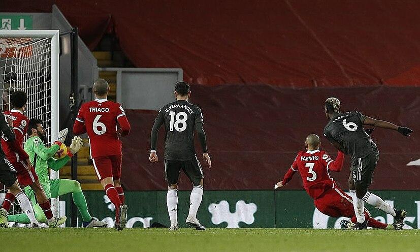 Pogba (nomor 6) membentur posisi Alisson saat berhadapan.  Foto: PA.