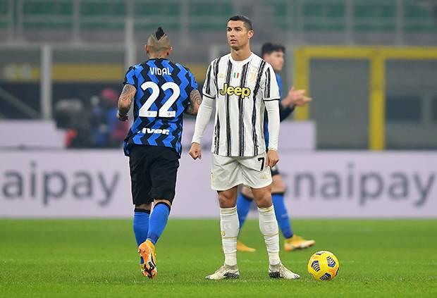 Ronaldo thẫn thờ khi nhìn Juventus bị Inter đánh bại. Ảnh: Reuters.