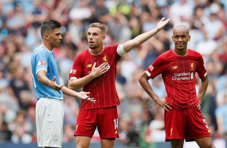 Henderson (giữa) và Fabinho (phải) đá cặp trung vệ ở trận gặp Man Utd hôm 17/1. Ảnh: Reuters.