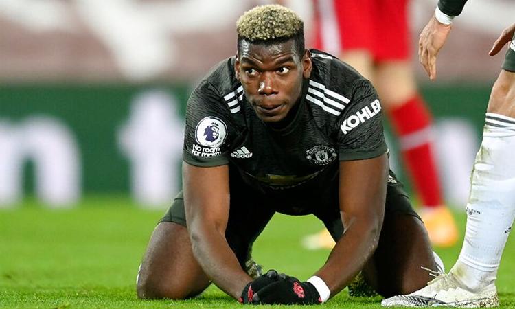 Pogba menyayangkan setelah kehilangan kesempatan mencetak gol dalam hasil imbang Liverpool.  Foto: Reuters.