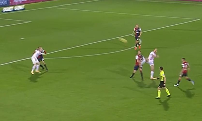 Ibrahimovic memperlihatkan teknik taekwondo di lapangan sepak bola Serie A. Screenshot