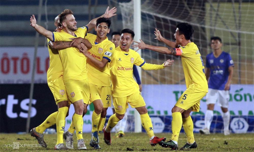 Ngay trận đấu đầu tiên của mùa giải, V-League đã chứng kiến cú sốc khi Hà Nội phơi áo 0-3 trên sân Nam Định hôm 15/1. Ảnh: Lâm Thỏa