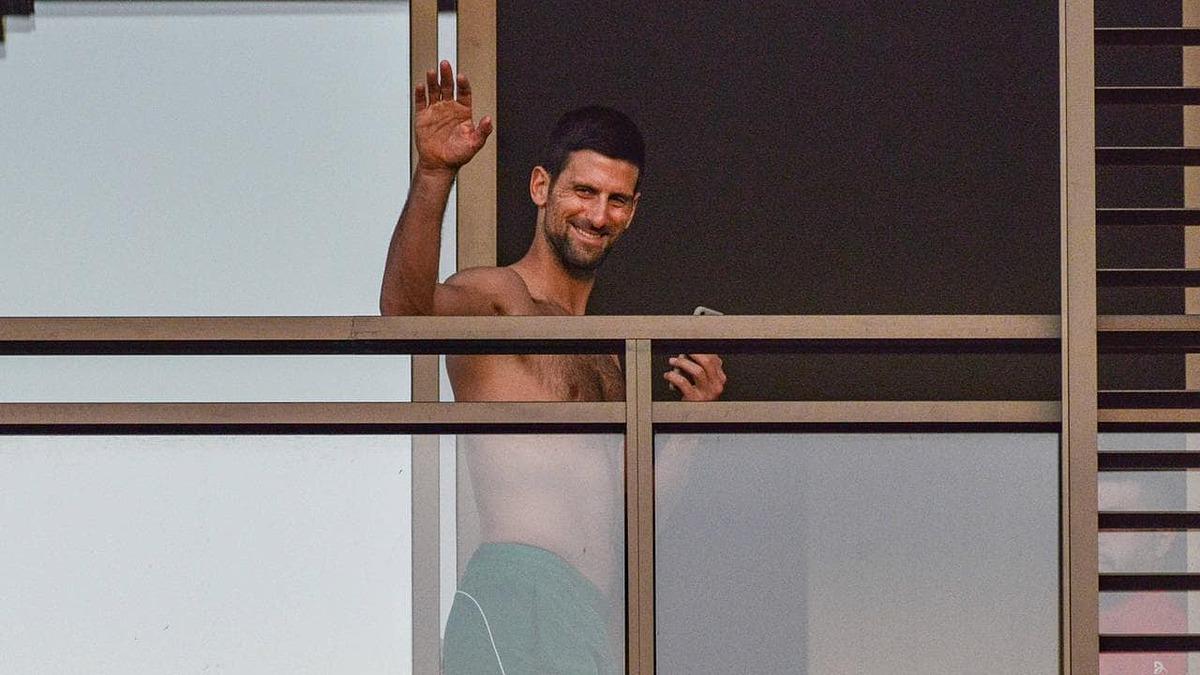 Djokovic vẫy tay chào người hâm mộ từ ban công khách sạn. Ảnh: Fox.